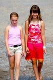 flickor två som går Royaltyfri Fotografi