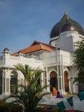 Flickor utanför den Masjid Capitan Keling moskén i Penang Arkivfoto