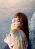 flickor utomhus tonårs- två Royaltyfri Fotografi