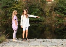 Flickor vid floden Royaltyfri Fotografi