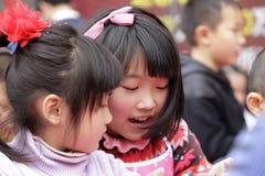 Flickorna gör lyckligt krukmakeri Arkivbilder