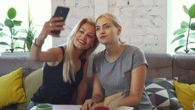 Flickorna gör selfie arkivfoton