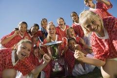 Flickors fotboll Team Holding Trophy Arkivbild