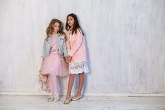 Flickvän för två trendig flickor i skolalikformig royaltyfria bilder