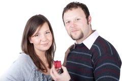 flickvän som ger stilig grabb hans present till Arkivfoton