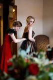 Flickvän som upp klär bruden Arkivbild