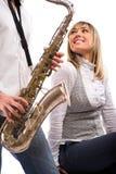 flickvänmannen plays saxofonen Royaltyfri Foto