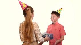 Flickvännen ger födelsedagasken med en gåva dem stock video