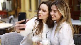 Flickvänner har gyckel i kafé lager videofilmer