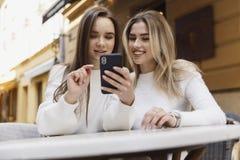Flickvänner har gyckel i kafé arkivbilder