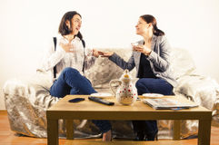 Flickvänner i en konversation royaltyfria bilder