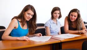 Flickvänner i klassrum royaltyfria foton