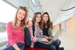Flickvänner i skolakorridor Arkivfoton