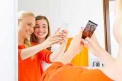 Flickvänner med den smarta telefonen Royaltyfria Bilder