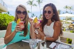 Flickvänner med drinkar Arkivfoto