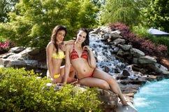 Flickvänner på semester på swimmingpoolen Royaltyfria Foton