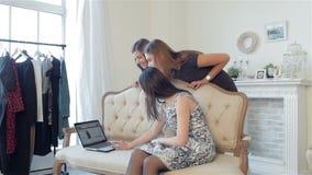 Flickvänner på shopping stock video