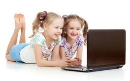 Flickvänner som ler se bärbar dator Royaltyfri Fotografi