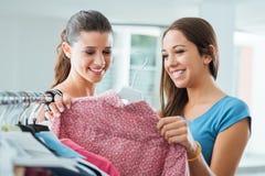 Flickvänner som shoppar på lagret Royaltyfri Fotografi