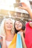 Flickvänner som shoppar skratta det lyckliga tagande fotoet Arkivbilder