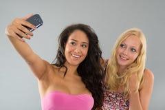 Flickvänner som tar selfie Royaltyfria Bilder