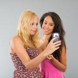 Flickvänner som tar selfie Royaltyfria Foton