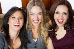Flickvänner som ut skrattar och hänger Royaltyfria Bilder