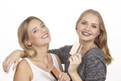 Flickvänner talar om att spendera pengar vid den guld- kreditkorten Fotografering för Bildbyråer