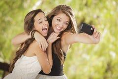 Flickvänsjälvstående för blandad Race med kameran royaltyfria foton