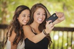 Flickvänsjälvstående för blandad Race med kameran Arkivbild