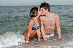 flickvängrabb hans kyss Royaltyfri Bild