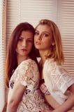 Flickvänner för Sexi glamourutvikningsbrud i perfekt passform formar Royaltyfria Bilder