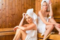 Flickvänner i wellnessbrunnsort som tycker om bastuavkoken Fotografering för Bildbyråer