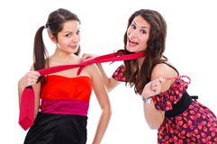Flickvänner som har gyckel tillsammans Arkivfoton