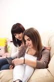 flickvänner som talar på telefonen Arkivbilder
