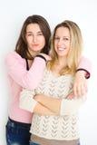 flickvänner Unga kvinnor för lyckliga flickor som fotvandrar ståenden av att le vänner som har gyckel tillsammans Royaltyfri Foto