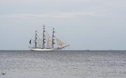 Fließen auf Seesegelschiff lizenzfreies stockfoto