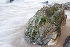 Fließen durch die Felsen Lizenzfreie Stockfotos