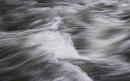 Fließen, hetzender Wasser-Auszug Lizenzfreie Stockfotografie