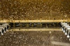 Fließen süße Honigtropfenfänger des glatten gelben goldenen Honigkammreflexionsspiegels während des Erntehintergrundes mit textsp Lizenzfreie Stockfotos