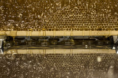 Fließen süße Honigtropfenfänger des glatten gelben goldenen Honigkammreflexionsspiegels während des Erntehintergrundes mit textsp Stockbilder