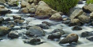 fließendes Wasser in einem Nebenfluss Lizenzfreies Stockbild