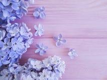 Flieder auf einer rosa hölzernen natürlichen Hintergrundweinlese verzieren Stockbilder
