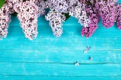 Flieder blüht Blumenstrauß auf hölzernem Planken-Hintergrund Lizenzfreie Stockfotos