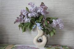 Flieder, Fliedern in einem Vase Stockfotografie