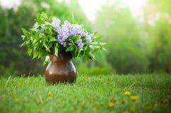 Flieder im Vase Stockfotografie