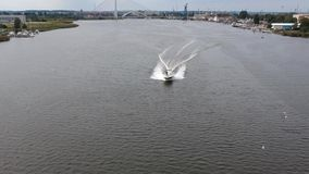 Fliege über dem Boot stock video