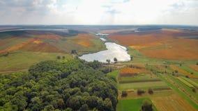 Fliege über Feld und See stock footage