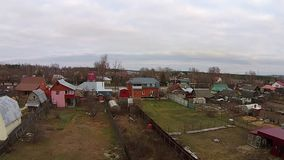 Fliege über Landhäusern, russisches Dorf stock video