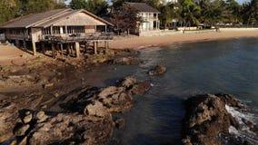 Fliege des Brummens 4k an Pattaya-Strand in Thailand, das Meer und Sand miteinschließen Pattaya setzen den berühmtesten Strand in stock footage